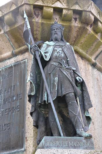 La statue de Robert le Magnifique sur le socle de celle du Conquérant. (Photo Rodolphe Corbin © Patrimoine Normand).