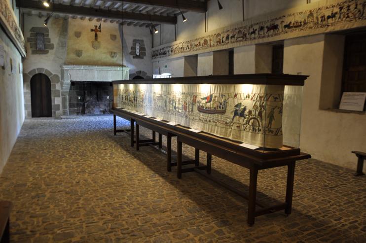 La Tapisserie du Château fort de Pirou relate une période très dense de l'histoire normande, de l'arrivée des Vikings sur les côtes du Cotentin jusqu'à la conquête de la Sicile (Photo Rodolphe Corbin © Patrimoine Normand).