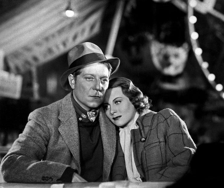 """Le Quai des brumes - 1938. Grand classique du cinéma français, c'est un film pessimiste, dit """"réaliste-poêtique"""" aux décors nocturnes (fumées noires et grises s'échappant d'énormes cheminées, enchevêtrement de grues, rails et pavés mouillés) où se côtoient des personnages pathétiques, crapules, suicidaires, cherchant la fuite. Au départ, coproduit par une société allemande réputée, l'UFA, Quai des brumes devait se dérouler à Hambourg, mais Goebbels, censeur de la culture du IIIème Reich refusa le scénario sous prêtexte que le héros était un déserteur. Revenu à une production française, il sera tourné dans le port du Havre, notamment au bassin Bellot. On y voit également le paquebot Normandie, les façades des cafés du port, les tramways des grands bassins, le cargo la Louisiane. Pour les scènes du quartier des Docks, la cabane du Panama et la rue de la fête foraine où meurt Jean Gabin, Marcel Carné attendit vainement la brume et, les techniciens ayant raté les effets spéciaux pour la simuler, les lieux furent superbement reconstitués aux studios de Joinville (près de Paris) par le célèbre décorateur Alexandre Trauner et les éclairages du grand chef opérateur, Henri Alekan. Lors de la rixe entre Jean et Lucien, la paire de gifles décochée par Jean Gabin à l'encontre de Pierre Brasseur ne fut nullement factice et restera """"l'aller et retour"""" le plus spectaculaire du cinéma français. Il est dit qu'une légère brouille s'ensuivit entre les deux acteurs. Le scénariste-poête Jacques Prévert et le grand décorateur Alexandre Trauner se retirèrent dans un petit village du Cotentin près du Cap de la Hague à Omonville-la-Petite, où ils sont enterrés. Il existe un musée """"Prévert"""" dans son ancienne demeure (DR)."""
