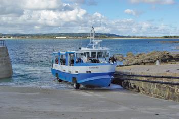 Le Tatihou II, véhicule amphibie, assure la liaison avec le continent. (© Stéphane William Gondoin)
