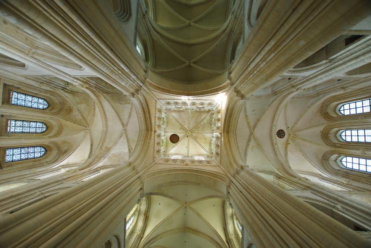 Tour-lanterne et croisée du transept de l'abbatiale de Fécamp. Cet établissement fut, après l'arrivée de Guillaume de Volpiano, à l'origine de la renaissance du monachisme normand. (© Stéphane William Gondoin)