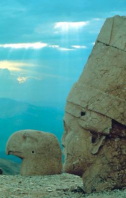 Au nord-est d'Antioche, le tumulus funéraire du roi Antiochos Ier (62-32 avant J.-C.) est entouré de têtes de divinités, sur le Mont Nemrut, à 2150 mètres d'altitude. Antioche avait été fondée en 300 avant JC par Seleucos Ier fils d'un autre Antiochos. (Photo Ministère turc du Tourisme)