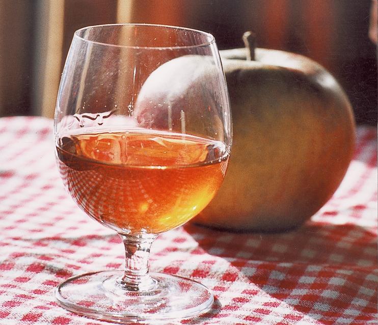 Le petit verre de « Calva ». (Photo Alexandre Vernon © Patrimoine Normand.)