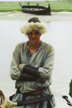 Parmi les colons scandinaves de la Normandie, les Danois furent les plus nombreux. Lors d'un camp viking à Annoville (sud-ouest du Cotentin) en 2001, ce Danois, qui avait fait le voyage en Normandie pour cette manifestation historique ayant valeur pédagogique, reconstitue l'allure et l'équipement d'un Viking. Il avait poussé le souci du détail pour le type de moustache et de barbe à la mode chez les Vikings au IXe siècle. (Photo G. Bernage, Heimdal).