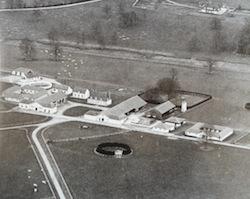 Vue aérienne de la Pichonnière. Au fond, on aperçoit la Moncorgerie, la demeure quil a fait construire pour sa famille.